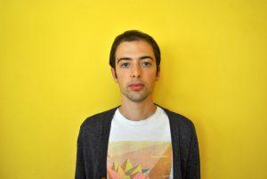 uomo in primo piano su sfondo giallo
