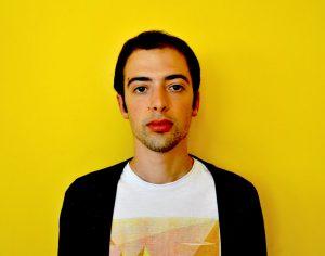 uomo in primo piano con sfondo giallo
